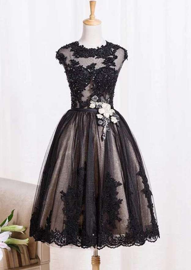 A-Line/Princess Bateau Sleeveless Knee-Length Lace Prom Dress With Appliqued Beading