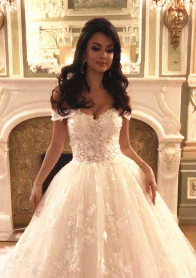 Ball Gown Sweetheart Sleeveless Cathedral Train Lace Wedding Dress With Appliqued