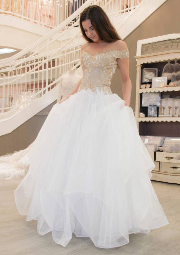 A-Line/Princess Off-The-Shoulder Sleeveless Long/Floor-Length Tulle Prom Dress With Appliqued