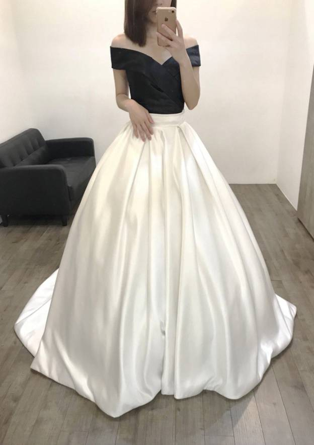 Ball Gown Off-The-Shoulder Sleeveless Court Train Satin Prom Dress With Pleated
